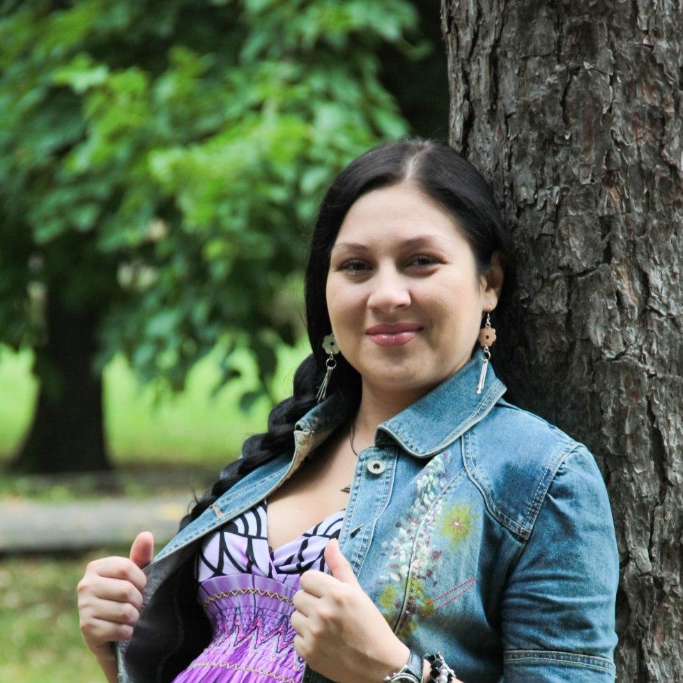 pregnant-woman-in-purple-top